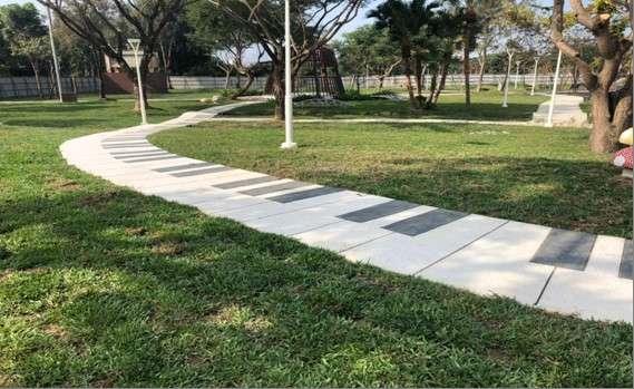 衛武營都會公園區內融入綠地的琴鍵鋪面,讓遊戲區改頭換面。(圖/徐炳文攝)