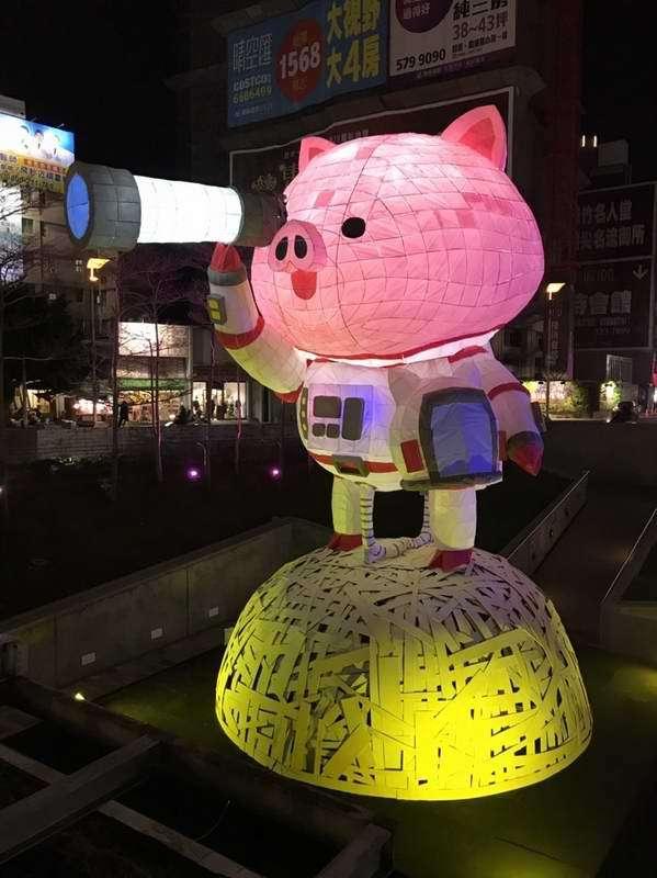 夜晚的「小豬太空人」。
