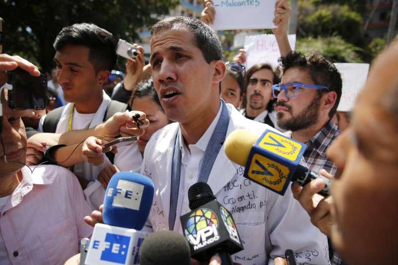 瓜伊多現身罷工抗議現場。他日前遭限制出境、凍結銀行帳戶。(美聯社)