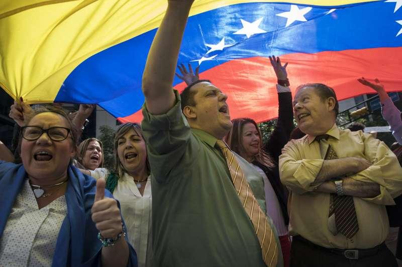委內瑞拉民眾放下工作,走上首都卡拉卡斯街頭要求現任總統馬杜洛下台。(美聯社)