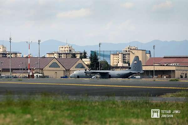 20190131-橫田基地的美軍主力為運輸部隊,因此基地內大多是C-130J力士型與C17空中霸王運輸機。(圖/想想論壇提供,陳威臣攝影)