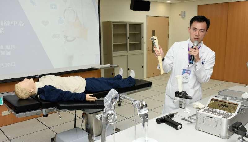高醫骨科醫師李天慶解說最新骨材應用。(圖/徐炳文攝)