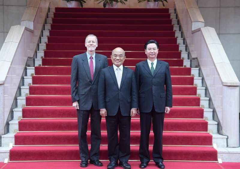 20190201-今年是《台灣關係法》簽署40周年,行政院長蘇貞昌(中)1日和美國在台協會(AIT)處長儷英傑(左)會面,商談如何深化兩國合作。圖右為外交部長吳釗燮。(取自美國在台協會AIT臉書)