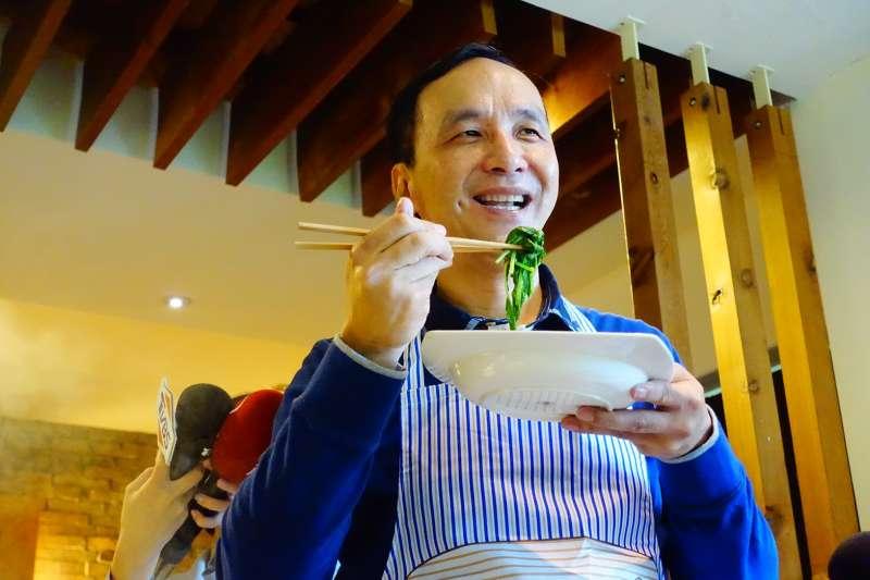 20190201_朱立倫吃「空心菜」。(資料照,羅暐智攝)