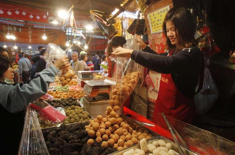 2019年台灣春節,民眾在迪化街趕辦年貨(AP)