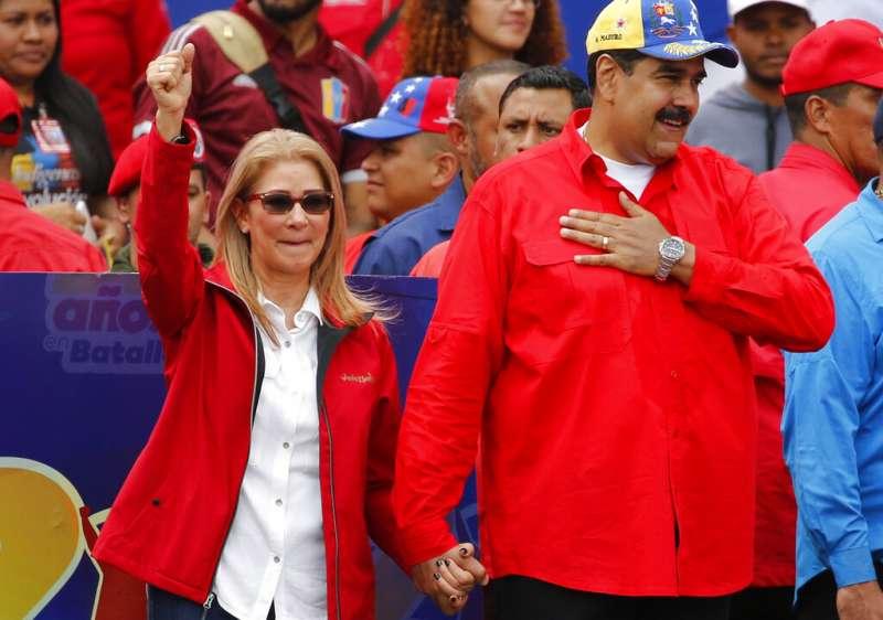 2019年2月2日,委內瑞拉總統馬杜洛與妻子弗洛雷斯(Cilia Flores)向支持者喊話。(AP)