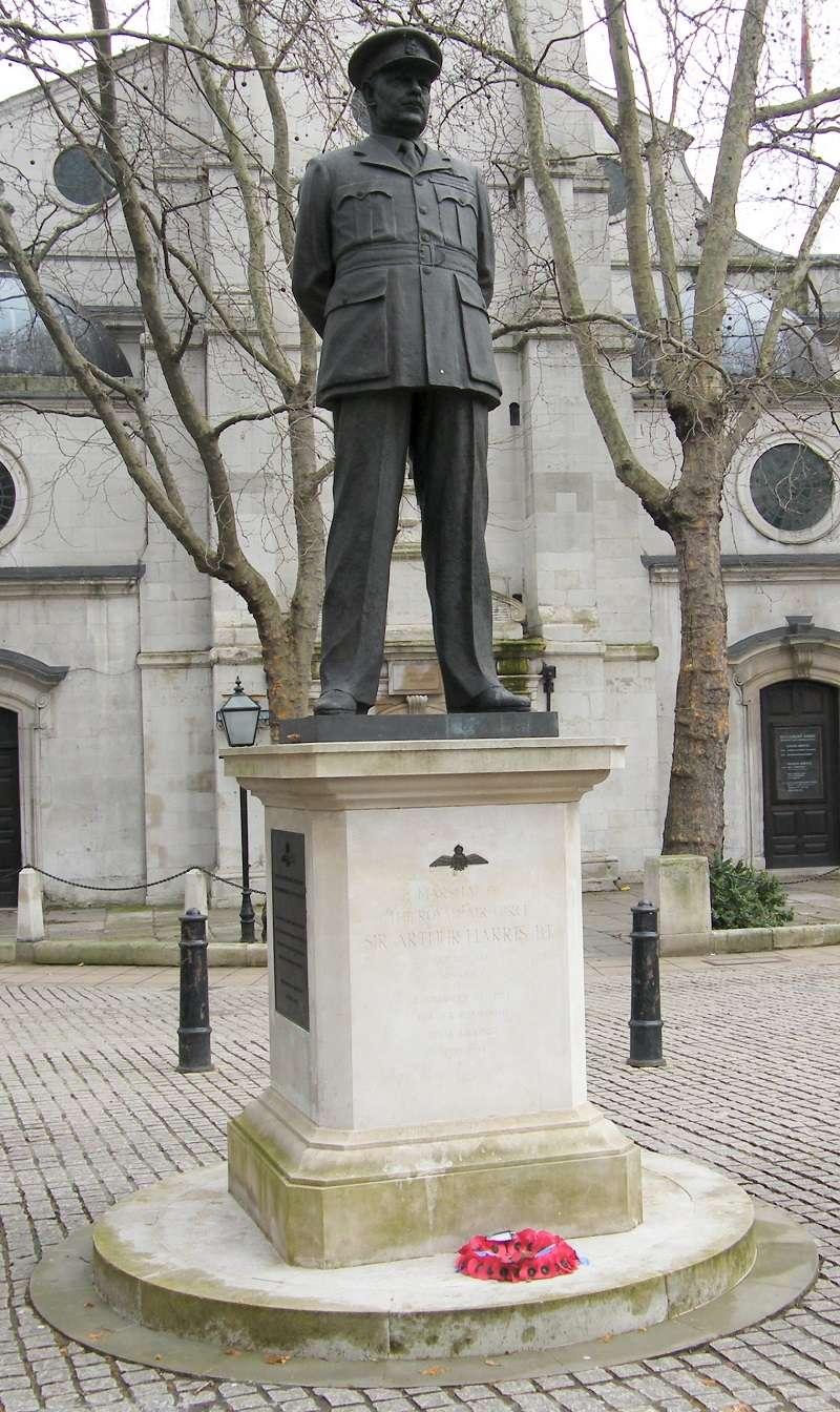 1992年,皇家空軍退伍軍人團體於倫敦西敏寺外的丹麥聖克萊蒙教堂(St Clement Danes),替哈里斯豎立了一座雕像。(Greenshed)