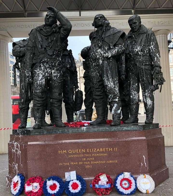 今年1月22日,位於倫敦的皇家空軍轟炸機司令部紀念碑遭不明人士以白色油漆噴灑。(RAF Benevolent Fund)