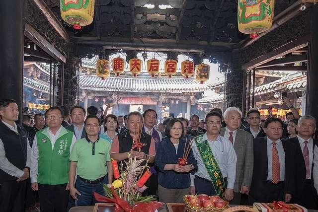 20190207-總統蔡英文今天到鹿港天后宮參拜,並發放福袋給民眾,現場人潮爆滿。(總統府提供)