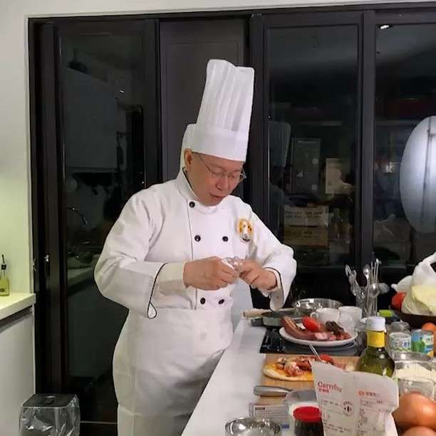 台北市長柯文哲新年期間和網紅拍片,圖為上老天鵝娛樂。(柯文哲ig)
