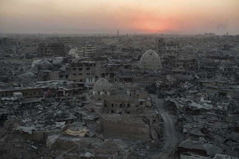 曾被伊斯蘭國長期佔據的伊拉克大城摩蘇爾,戰後殘破不堪(AP)