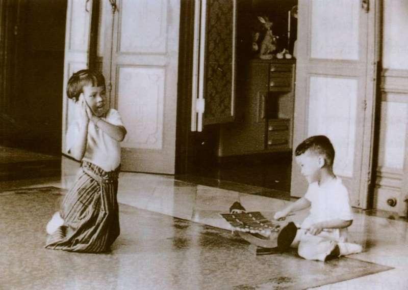 烏汶叻公主(左)和泰王瓦吉拉隆功的兒時合照。(維基百科公有領域)