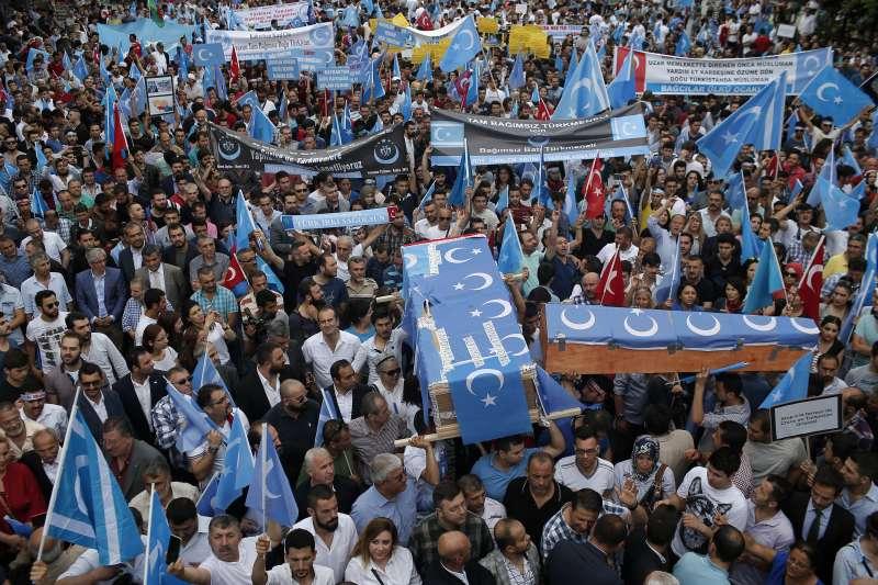 土耳其要求中國關閉再教育營,尊重維吾爾人權,圖為土耳其境內的維吾爾人抗議中國迫害(AP)