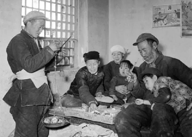 山西省壽陽縣宗艾鄉供銷社的貨郎肖富年(左一)送貨到老年人的炕頭。(。攝於1958年,新華社資料照)