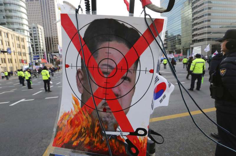 反對宣告韓戰終結、並且對北韓放鬆制裁的南韓民眾,在首爾街頭焚燒金正恩的肖像。(美聯社)