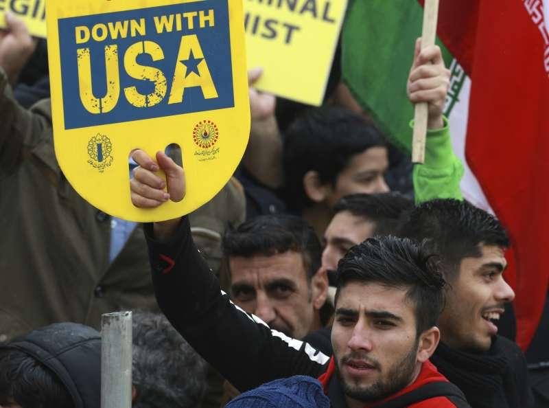 伊朗革命40周年:手持反美標語的伊朗年輕人(AP)