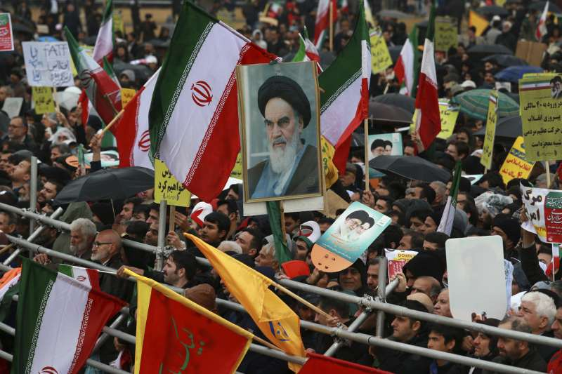 伊朗革命40周年:民眾高舉前最高領袖何梅尼肖像(AP)