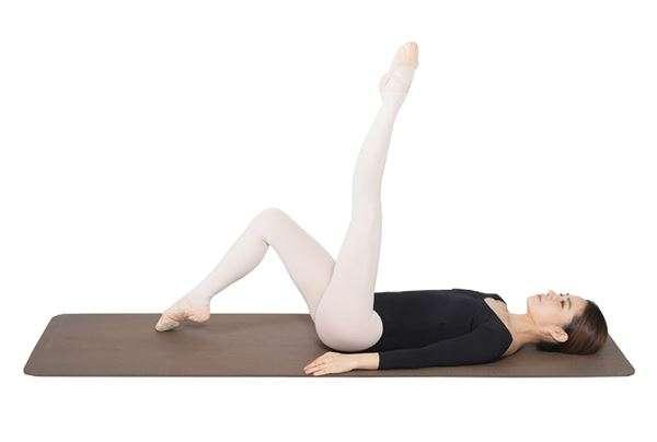 動作1:在地上躺正,雙膝彎曲後,將左腿向上打直。(圖/華人健康網提供)