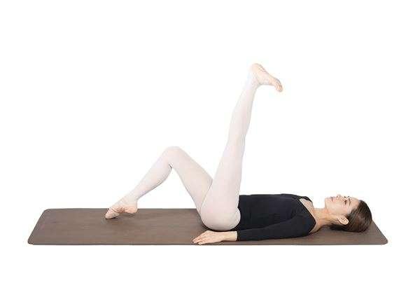 動作2:左腳腳掌做立足尖動作,再將腳板往身體方向壓,這兩個動作來回8次。(圖/華人健康網提供)