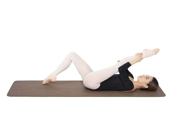 動作3:腳掌呈現立足尖姿勢後,用手抓住腳踝。將整條腿往身體方向拉,來回8次。(圖/華人健康網提供)