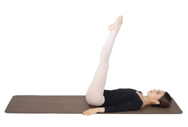 動作4:將兩腿向上伸直,腳尖呈立足尖動作。(圖/華人健康網提供)