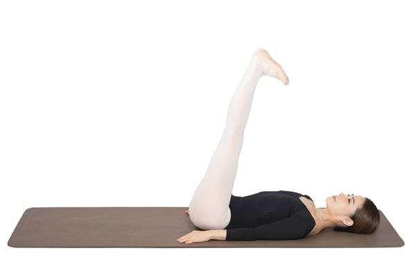 動作5:將腳板往身體方向壓,伸展後腳筋。(圖/華人健康網提供)
