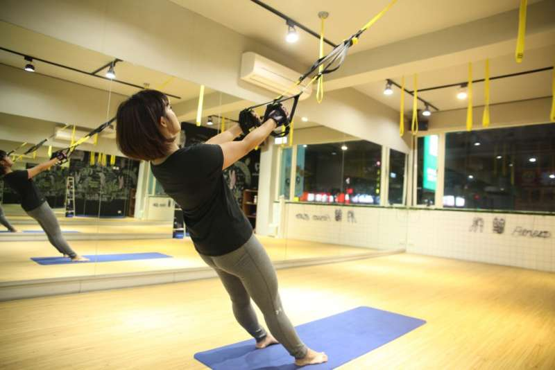利用兩隻手的延展性鍛鍊背部。(圖/女子學提供)