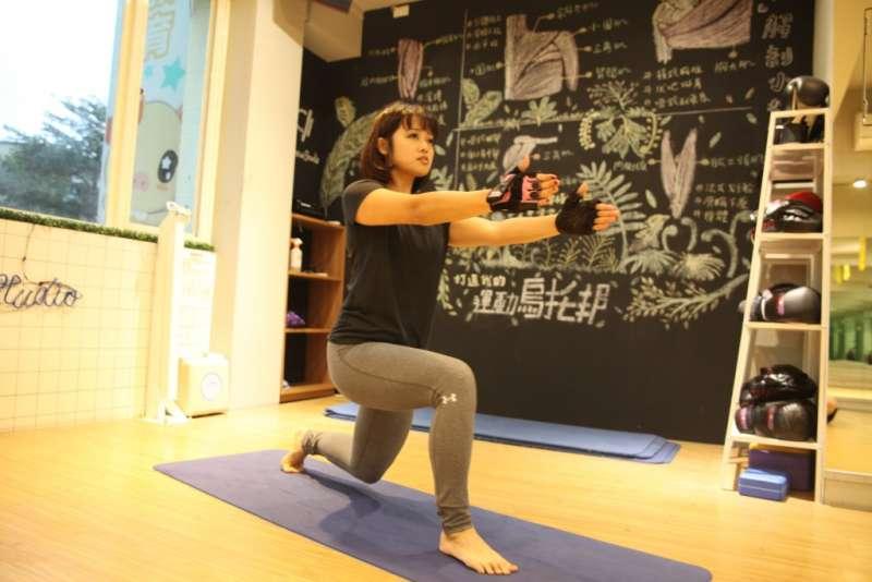 軀幹保持一直線,避免向前或向後傾。(圖/女子學提供)