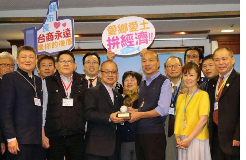 韓國瑜(前右三)選前承認九二共識,不少台商表示樂觀其成。(高雄市政府提供)
