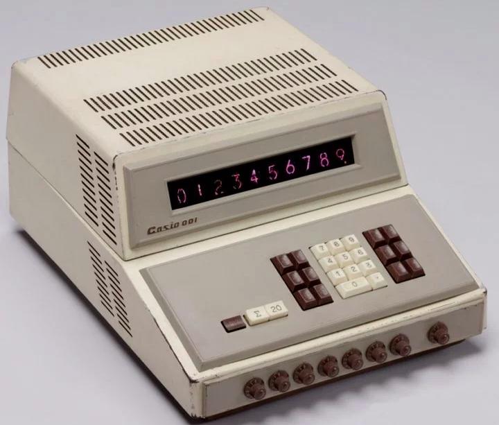 早期的卡西歐 001 計算器,體積龐大且價格昂貴。(圖/愛范兒提供)