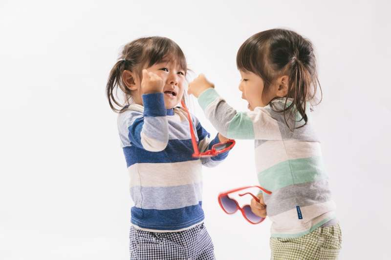 吵架.難過.小孩.雙胞胎.姊妹.嬉鬧.哭.搶(圖/あおみどり@pakutaso)https://www.pakutaso.com/20171155329post-14197.html