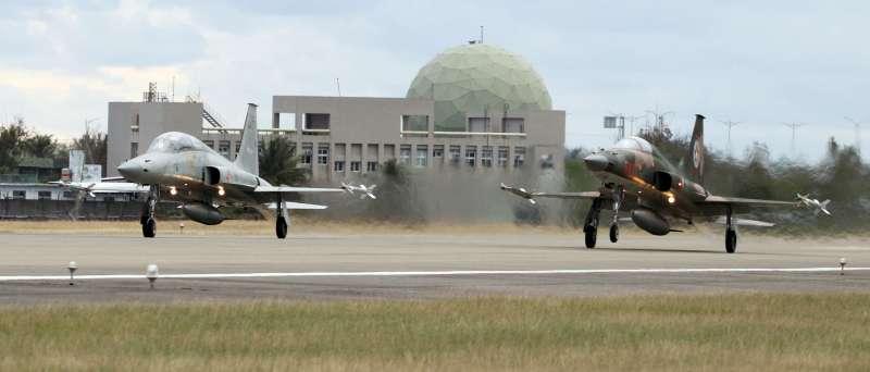 20190213-圖為F-5型戰機在志航基地內起降畫面。(蘇仲泓攝)