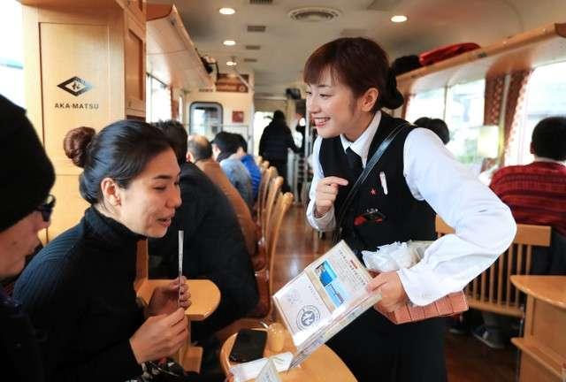 丹鐵的服務員‧前田菜津美(右),也可以中文應對。(圖/潮日本)