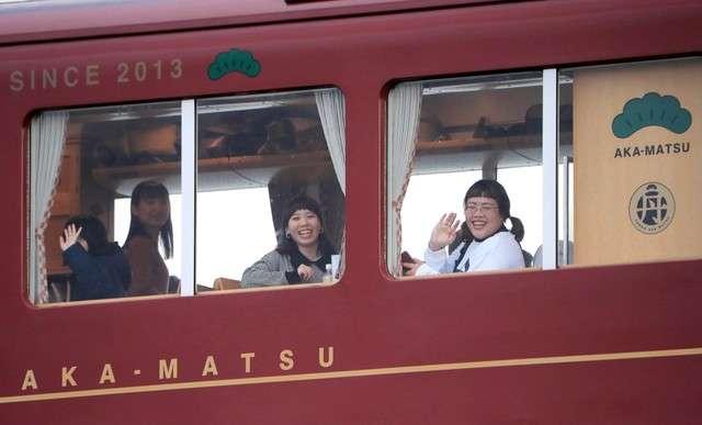 乘客們從丹後赤松號的車窗向外揮手。(圖/潮日本)