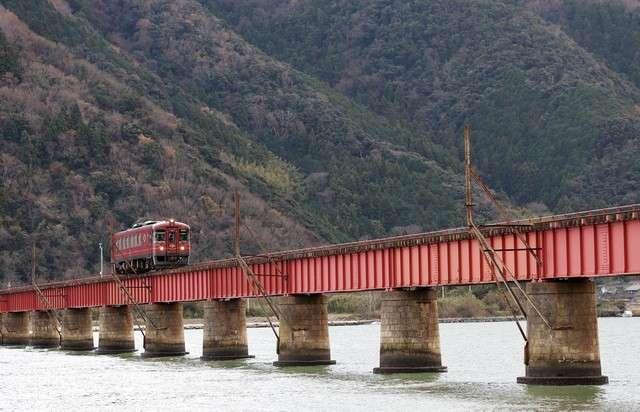 行駛於由良川橋梁的丹後赤松號。(圖/潮日本)
