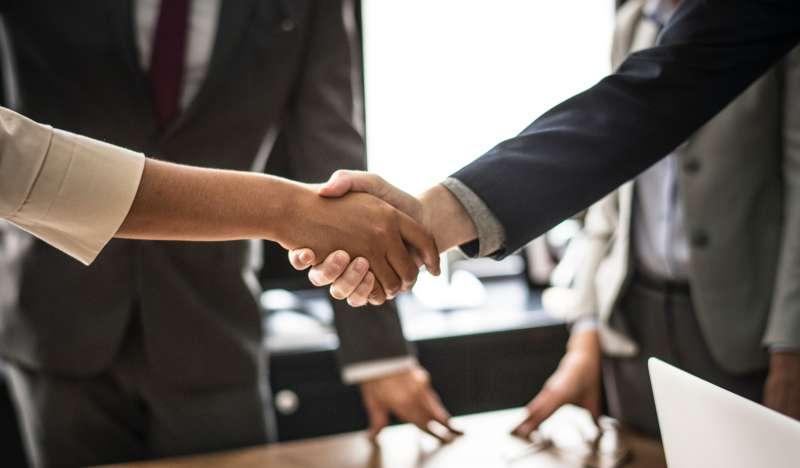 在杜拜必須使用右手與人握手(圖/rawpixel.com@PEXELS)