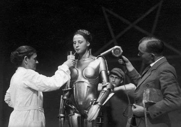 經典電影《大都會》中的瑪麗亞,由女演員Brigitte Helm 飾演,由雕塑家 Walter Schulze-Mittendorff 設計。  (圖/智慧機器人網)