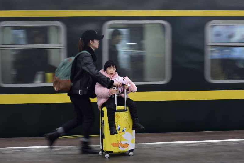 中國政府鬆綁一胎化政策,生育率卻不見起色,夫妻直呼養不起。(AP)