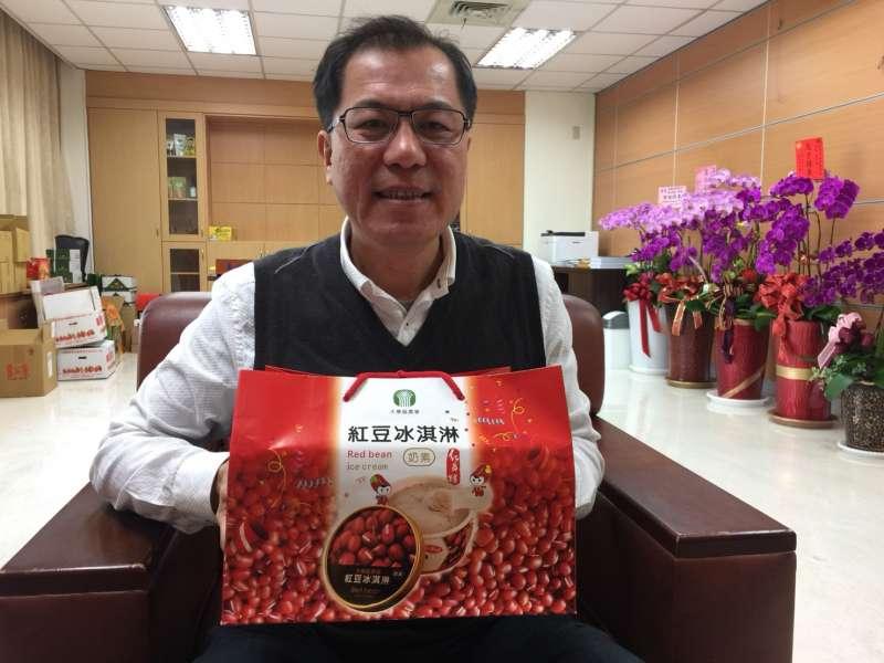 吳芳銘擅長市場行銷,把紅晶鑽紅豆冰淇淋利用台語諧音(紅,真賺) ,包裝成討喜的伴手禮。(圖/徐炳文攝)