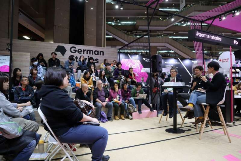 德國作家史坦格與台灣記者林育立在台北國際書展德國館討論德國轉型正義的經驗。(蔡娪嫣攝)