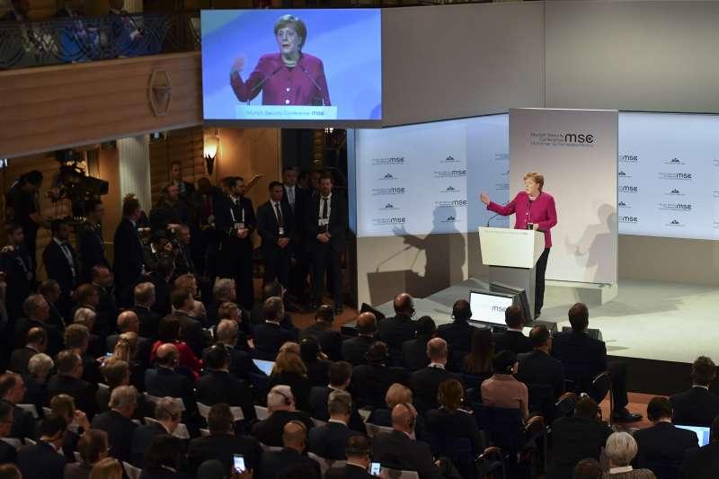 德國總理梅克爾16日在慕尼黑安全會議火力全開,批評川普的保護主義和孤立主義。(AP)