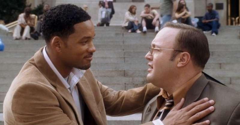 電影「情場絕橋王」中,Will Smith 飾演的 Hitch 專職愛情顧問,幫助奇貌不揚的男子追求心儀的女士;圖為劇照。