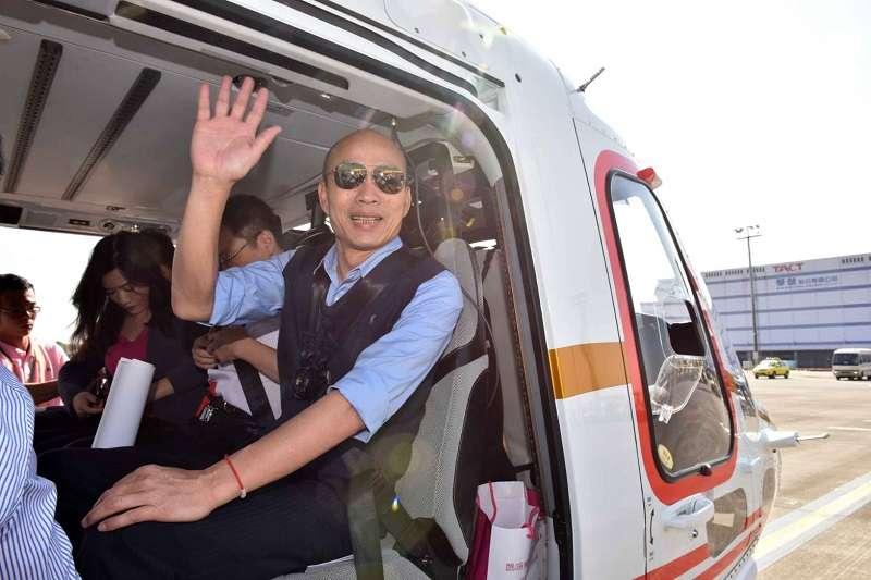 高雄市長韓國瑜搭直升機視察愛河周邊,結果被空汙嚇到。(高雄市政府提供)