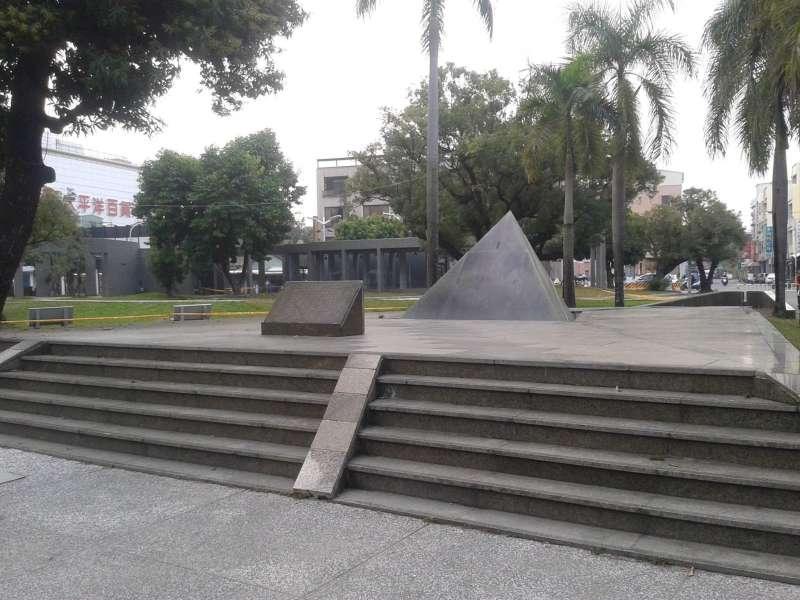位於屏東市中心屏東公園內的屏東縣二二八紀念碑。(黃映溓提供)