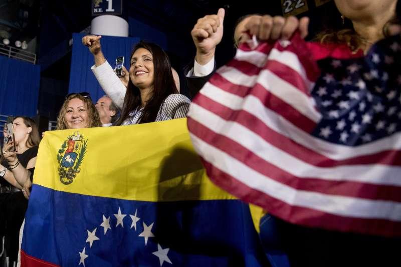 川普在邁阿密就委內瑞拉政爭發表演說,台下群眾熱情揮舞美國和委內瑞拉國旗。(AP)