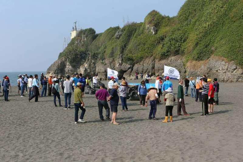 活動當日自發性動員超過300人次,清運約400公斤垃圾,讓當地社區居民及來訪觀光客能再度看到鳳鼻頭海灘美麗的風貌。(圖/徐炳文攝)