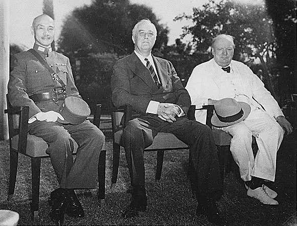 開羅會議期間「三巨頭」蔣中正、羅斯福和邱吉爾合照。(圖/維基百科)