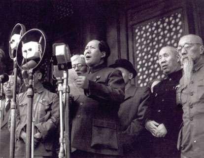 1947年共軍逆襲,從此國民黨節節敗退,1949年10月1日毛澤東在北京天安門城樓宣布中華人民共和國、中央人民政府成立。(圖/維基百科)