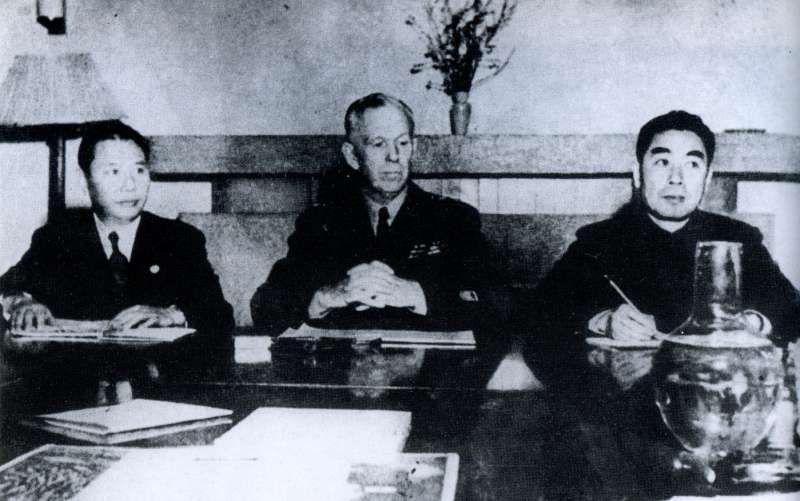 國府代表張群、美國調停代表馬歇爾、中共代表周恩來於政治協商會議(圖/維基百科)