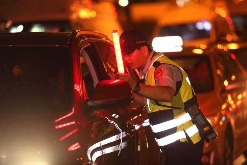 警方須修改績效辦法,提高基層酒測攔檢汽車意願,以減少重大車禍。(本刊資料)